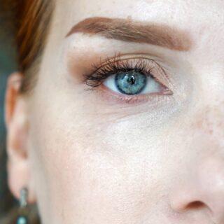 [WERBUNG, da Markennennung] - Und um gerade nochmal etwas ganz Beauty-Blogger-Haftes nachzuschieben: Ich liebe aktuell diese falschen Wimpern. Ich hatte noch nie welche, die so simpel anzukleben waren, mir so harmonisch in meinem Gesicht vorkommen und trotzdem genug merkliche Veränderung geben, um jedes Augenmakeup (oder auch sehr schlichte Augen) zu verstärken. - REDCHERRY Mischa - Das Schöne an ihnen: sie sind nicht so lang, das heißt, man kann sie sehr gut positionieren und den Effekt auch etwas mitbestimmen (bei älter werdenden Augen sollte bei mir außen nicht mehr so viel Wimpernvolumen sein. Das zieht mein Auge noch mehr nach unten). - Was sind Eure liebsten Lashes? - #redcherry #falselashes #falschwimpern