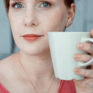 """[WERBUNG, da Markennennung] - FACE OF THE DAY • Einen schönen guten Morgen! Ich bin beim dritten Kaffee (zwei davon ohne Koffein, da ich stille, aber das """"Feeling"""" funktioniert trotzdem) und war schon fleißig: neues Handystativ angebracht, versucht mir ein wenig über Instagrams Neuerungen anzulesen, GRWM gefilmt und gleich ist der Vormittag schon rum... geht schnell. Keine Hausarbeit gemacht, nur wenige Worte mit meinem Mann gewechselt, aber geschminkt... Das kann so nicht jeden Tag laufen, aber es macht mir gerade Spaß wieder reinzufinden. - Also auch ein flinkes #FOTD für Euch! Wundert Euch nicht über das intensive Kupferrot des Haaransatzes: Frisch gefärbt wirkt das immer etwas intensiv besonders am Ansatz. Das ist nach einer Wäsche wieder normalisiert. - Ihr findet alle Produkte unten aufgeführt. - • *** • ***PRIMER*** keiner • ***FOUNDATION*** #NARS Soft Matte Complete Foundation in Gobi (NEW) • ***CONCEALER*** #NARS Soft Matte Compleetee Foundation in Siberia (NEW) • ***PUDER*** keines • ***KONTUR*** #FENTY Match Stix in Ambere • ***BLUSH*** #CLARINS Glow to Go in Glowy Pink (PR-Sample) • ***HIGHLIGHTER*** #BOBBIBROWN High Light Powder Pink Glow • ***BRONZER*** #HUDABEAUTY Tantour in Fair • ***AUGEN*** #ABH Eye Primer #TOOFACED Natural Lust Call Me Back, Hot to Trot & Love Spark #LOREALPARIS Air Volume Mega Mascara (PR-Sample) • ***AUGENBRAUEN*** #INGLOT Brow Liner Gel 14 #BENEFIT Precisely My Brow in 2,75 (PR-Sample) #NYX Tinted Brow Mascara in Chocolat • ***LIPPEN*** #MAYBELLINE Colorsensational Shaping Lip Liner in Dusty Rose @lorealparis #lorealeliesaab  Musc Impact (NEW, PR-Sample) • ***PARFUM*** #JOMALONE Saffron (Ich weine jeden Tag, dass es nicht mehr erhältlich ist... Der reinste Safran... Trocken und interessant...) • • **** • #makeup  #fotd  #redhead #gingerhair #makeupforfairskin #makeupforlightskin"""